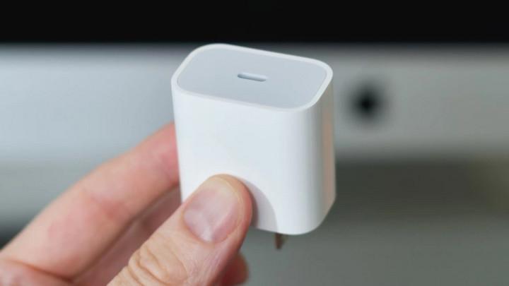 Apple nói bán iPhone không cục sạc đã tiết kiệm 861.000 tấn kim loại