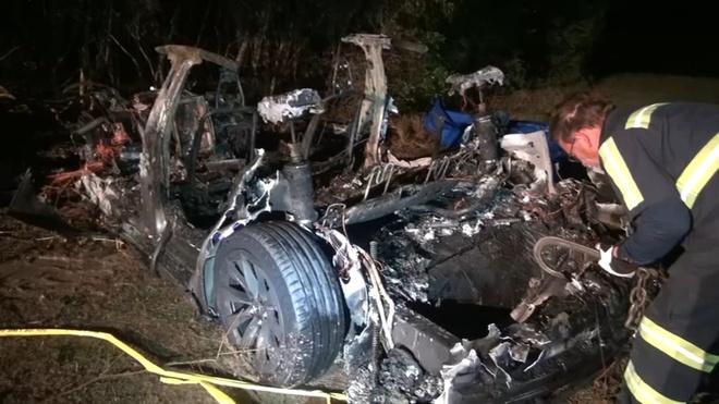 Ôtô 'không người lái' Tesla đâm vào cây ở Mỹ, 2 người chết