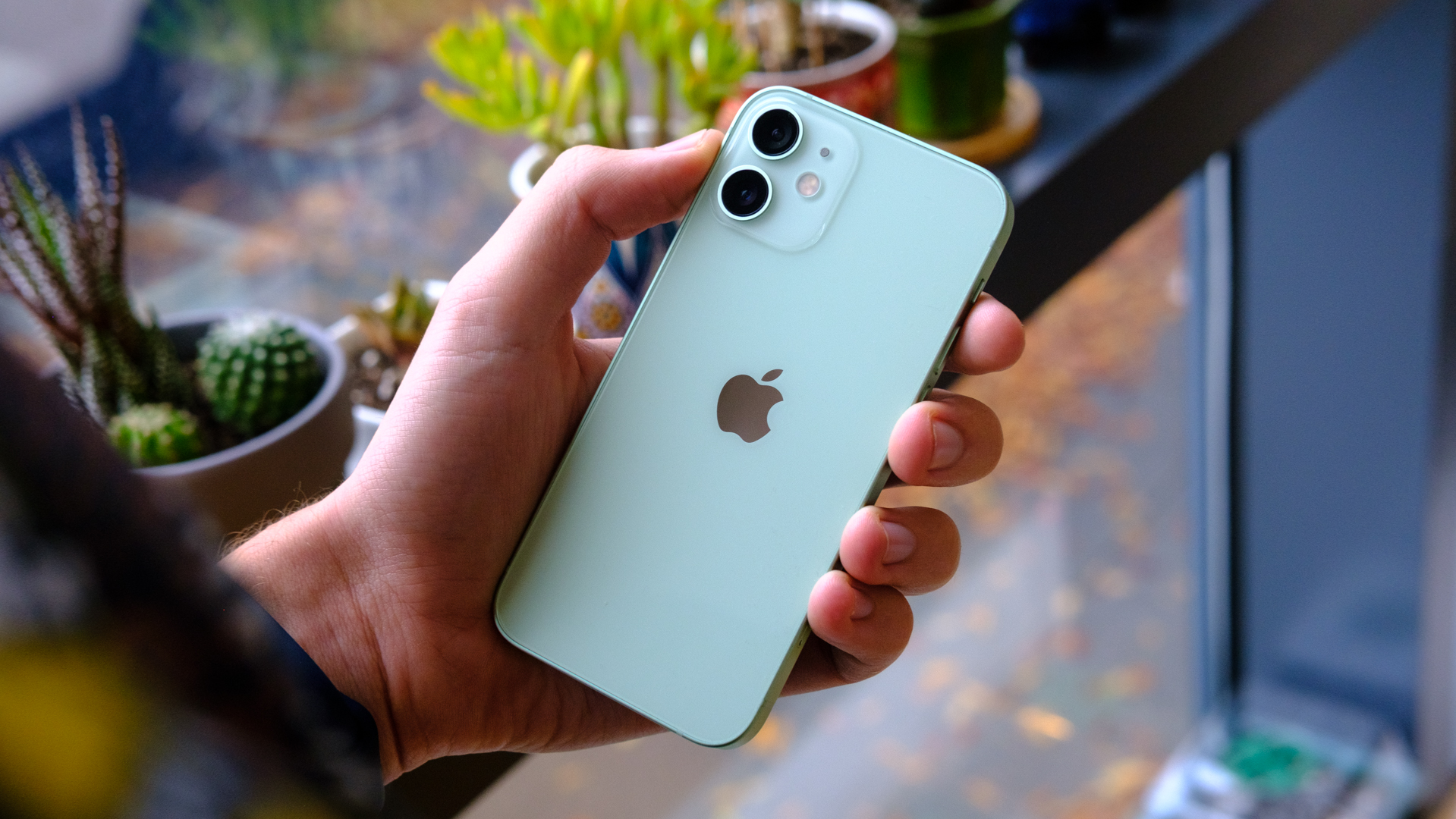 """Gửi các công ty smartphone: Hãy ngừng in những thương hiệu lố lăng """"siêu to"""" ở mặt sau thiết bị!"""