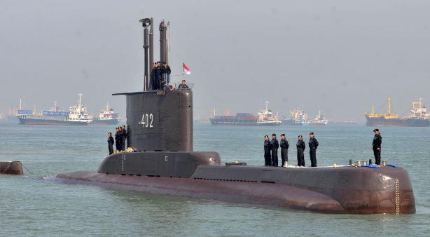Tàu ngầm Indonesia gãy làm ba đoạn dưới đáy biển, giả thuyết tàu bị mất điện rồi bị chìm xuống