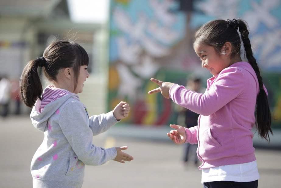 Vì sao nên tạo điều kiện tối đa cho trẻ nhỏ được chơi đùa, vận động?
