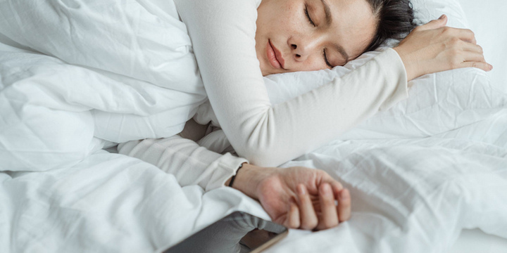 3 lý do không nên đặt điện thoại gần cơ thể khi ngủ