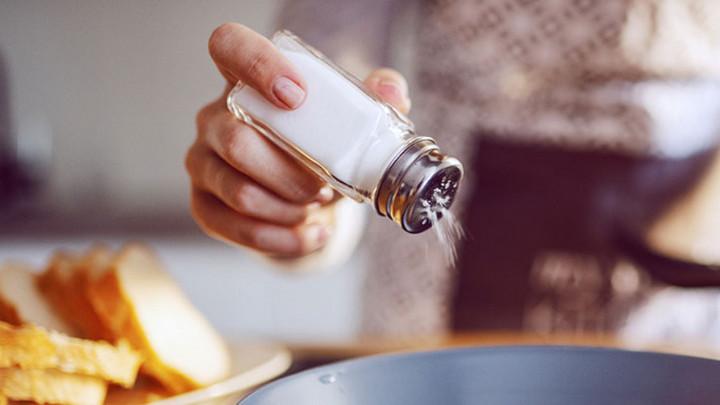 Ăn mặn không chỉ gây khát, hại thận mà còn tác động xấu tới hệ miễn dịch