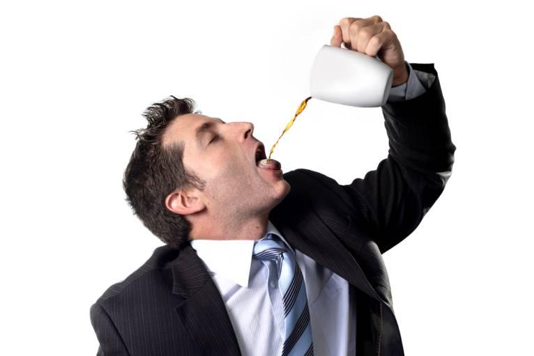 Vì sao uống cafe giúp bạn tỉnh táo dù đã rất buồn ngủ?