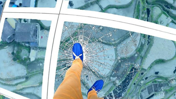 Một du khách Trung Quốc mắc kẹt trên cây cầu kính bị vỡ ở độ cao 100m