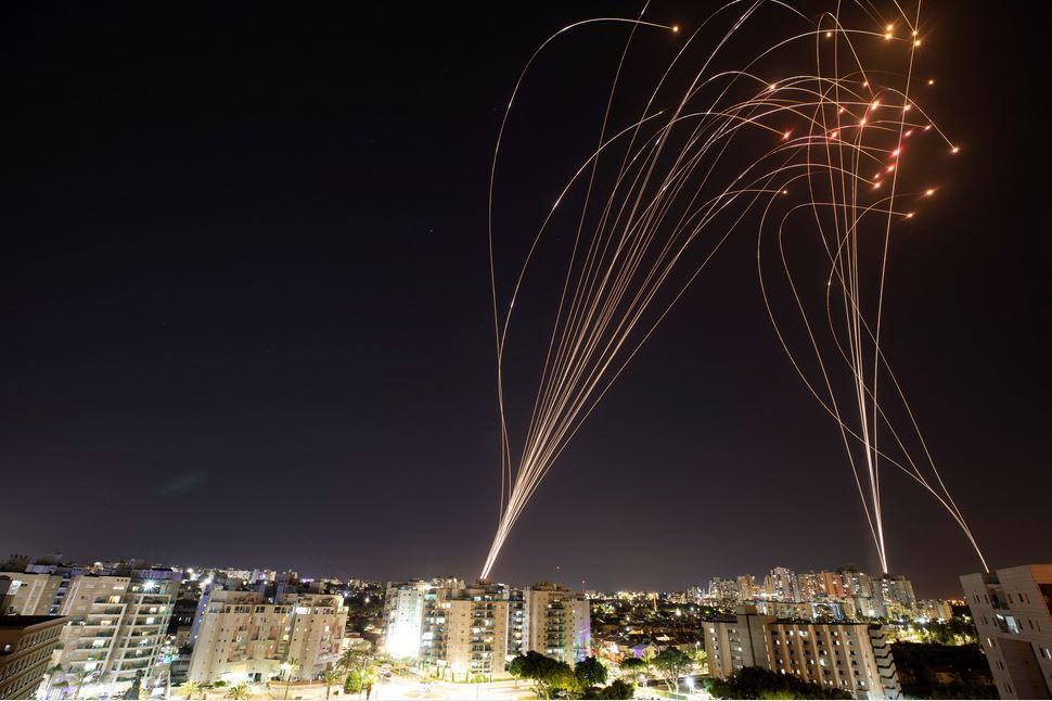 Đây là cách mà hệ thống phòng không Iron Dome (Vòm Sắt) của Israel hoạt động, với các bước: (1) Rocket của địch được bắn đi, (2) Hệ thống radar phát hiện rocket và theo dõi, (3) Hệ thống kiểm soát ước tính điểm va chạm, (4) Bệ phóng bắn tên lửa để đánh chặn, (5) Tên lửa nổ gần rocket, phá hủy rocket - Đồ họa: BBC