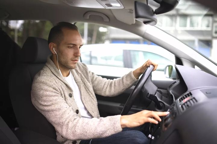 44% người tham gia nghiên cứu của Ford nói sẽ không đeo headphone khi lái xe nữa