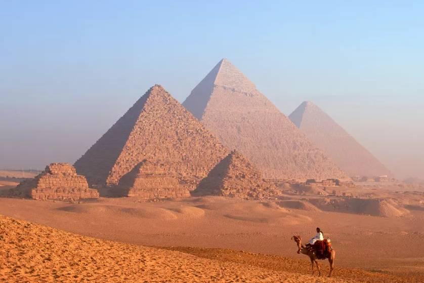 Ai đã xây dựng những kim tự tháp Ai Cập cổ đại?