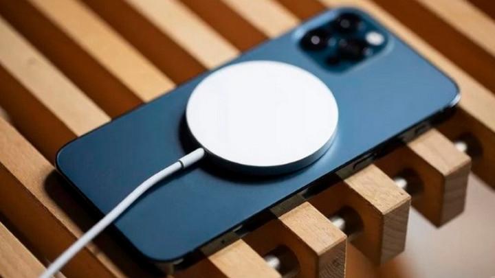 Tìm thấy iPhone 12 Pro bị rơi dưới kênh nhờ nam châm từ tính trong cục sạc MagSafe