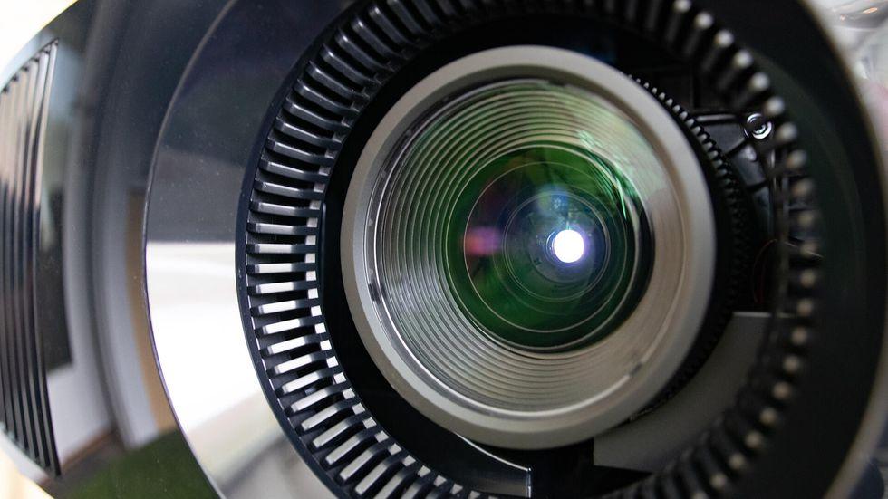 Đánh giá máy chiếu Sony 5.500 USD: TV OLED trong giới máy chiếu - VnReview 2020 3