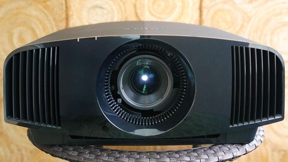 Đánh giá máy chiếu Sony 5.500 USD: TV OLED trong giới máy chiếu