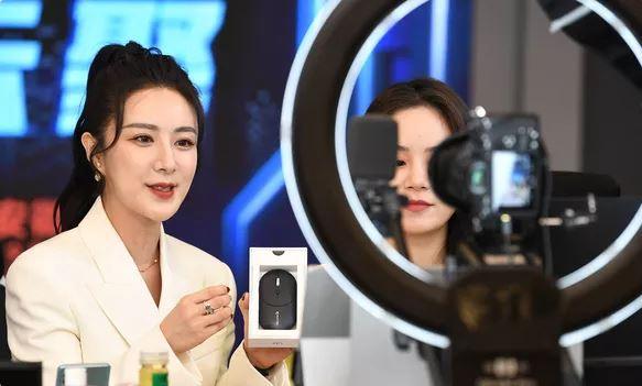 'Nữ hoàng livestream' Trung Quốc bị cáo buộc bán hàng giả