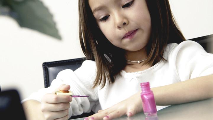 Mê làm ngôi sao mạng, bố mẹ Trung Quốc dung túng cho con lạm dụng mỹ phẩm