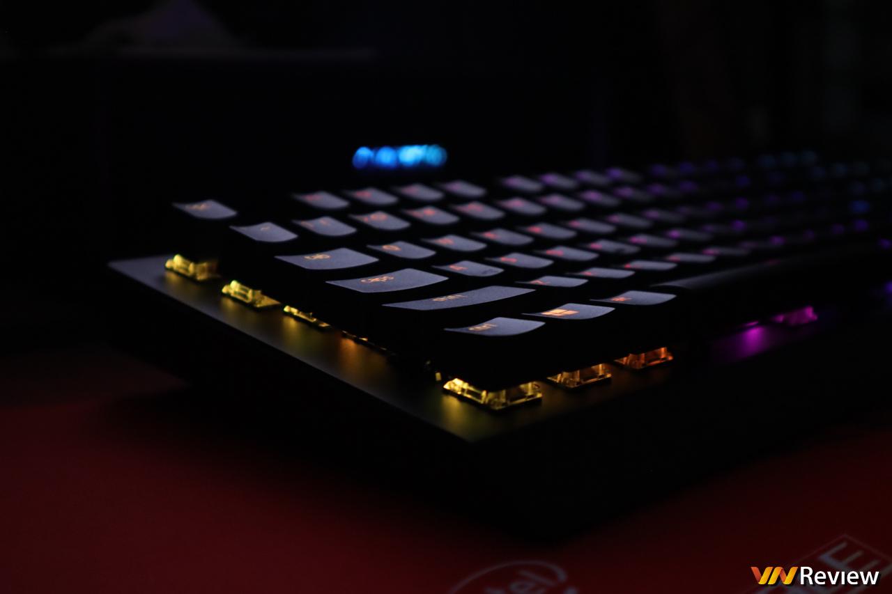 """Đánh giá bàn phím cơ chơi game Razer BlackWidow V3: Hình nền """"góa phụ đen"""""""
