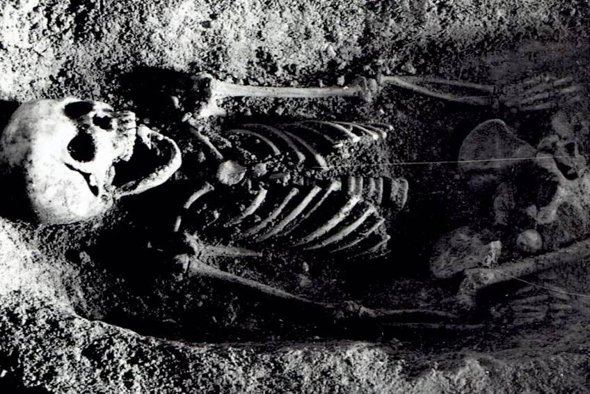 Bí ẩn cô gái được chôn với đầu chim sẻ trong miệng thách thức giới nghiên cứu