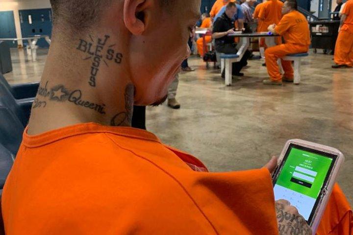 Các tù nhân ở Mỹ được giáo dục phục hồi bằng máy tính bảng