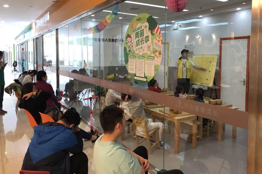 """Trẻ em Trung Quốc """"chạy đua"""" học tiếng Anh, Olympic Toán, nghệ thuật từ Tiểu học"""