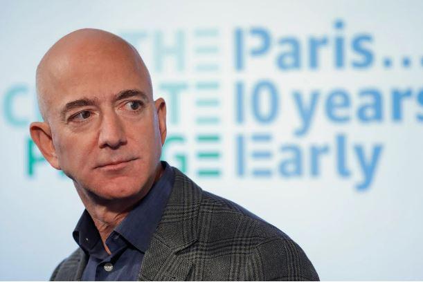 Hơn 80 ngàn người ký đơn kiến nghị ngăn tỷ phú Jeff Bezos trở về Trái đất. Vì sao ông bị ghét vậy?