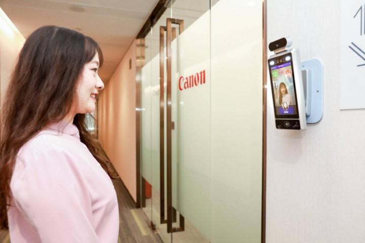 """Canon dùng camera AI """"soi"""" nhân viên cười mới được vào văn phòng"""