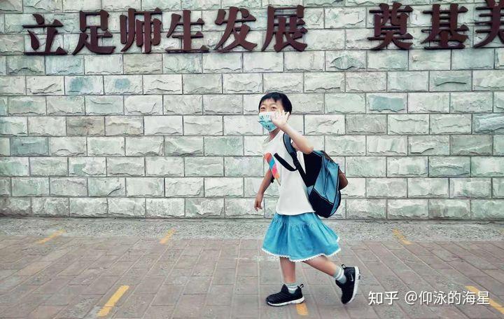 """Trung Quốc: Mặc váy đi học, bố mẹ đồng ý nhưng nhà trường nói """"không""""!"""