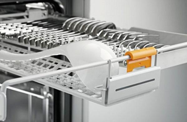Một giá đỡ trong máy rửa bát
