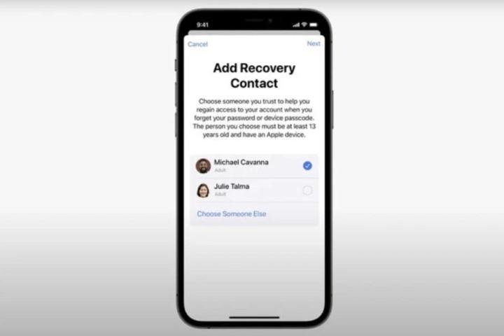 iOS 15 cho phép người dùng iPhone đặt lại mật khẩu Apple ID bằng cách gọi cho bạn bè tin cậy