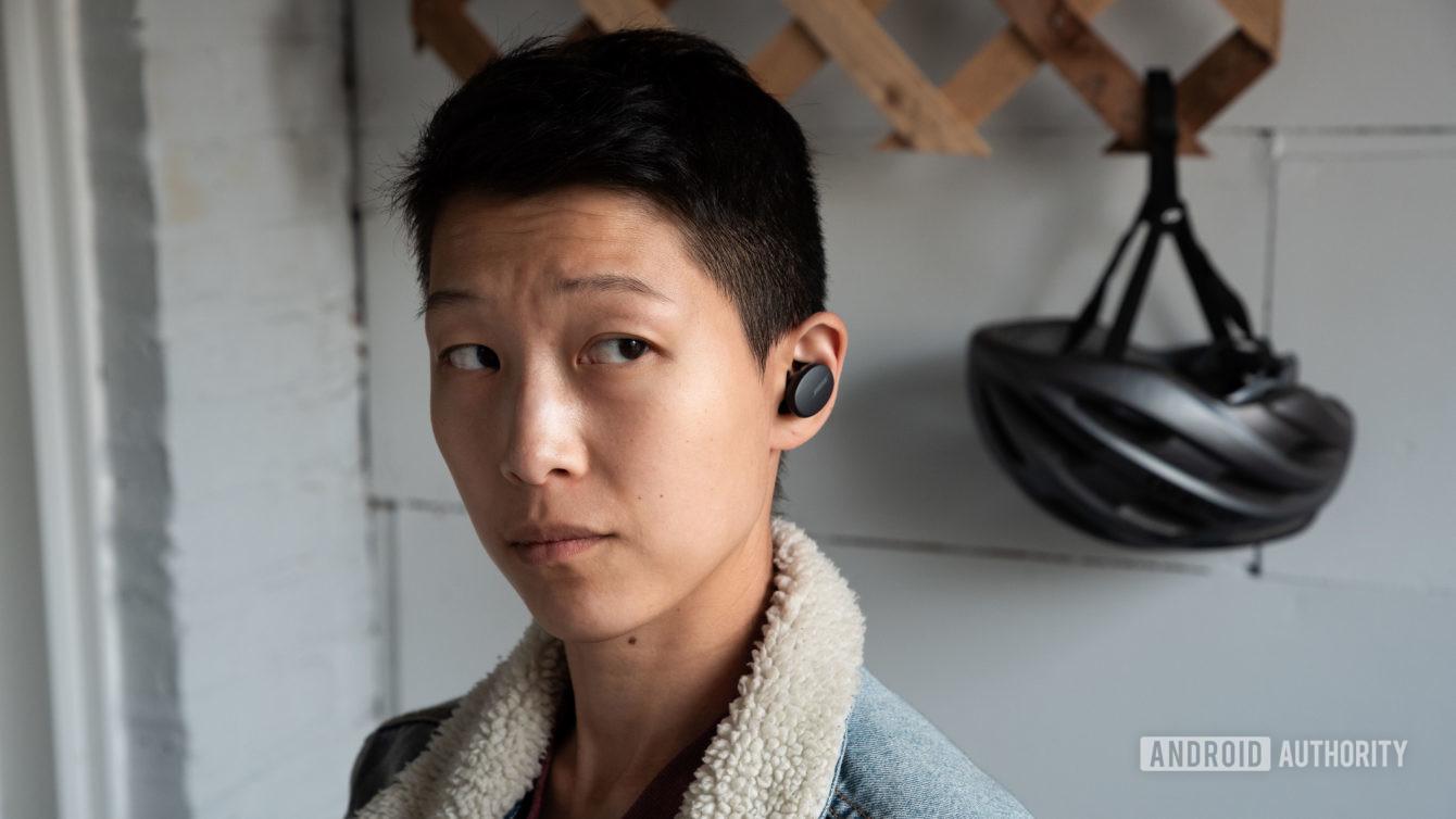 Tại sao nhiều nhà sản xuất chẳng quan tâm đến việc đảm bảo tai nghe luôn nằm trên  tai người dùng?
