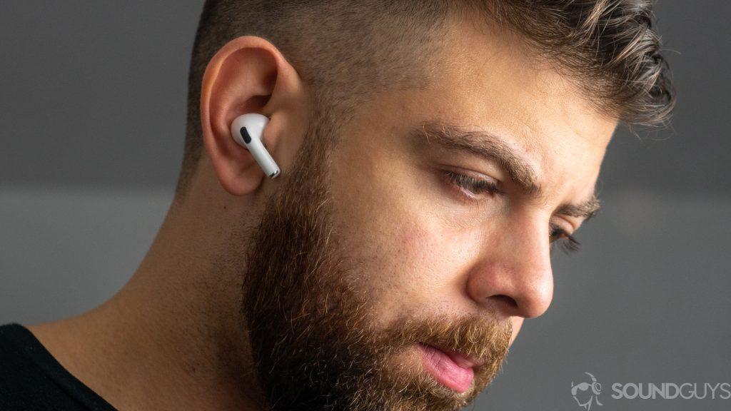 Tại sao nhiều nhà sản xuất không quan tâm đến việc đảm bảo tai nghe luôn nằm trên  tai người dùng?