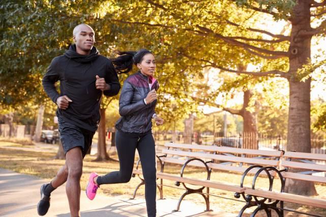 Bạn nên đi bộ hay chạy bộ khi tập thể dục?