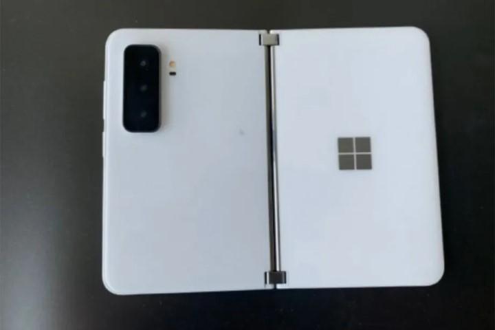Lộ diện hình ảnh thực tế của Surface Duo 2 với cụm 3 camera hoàn toàn mới