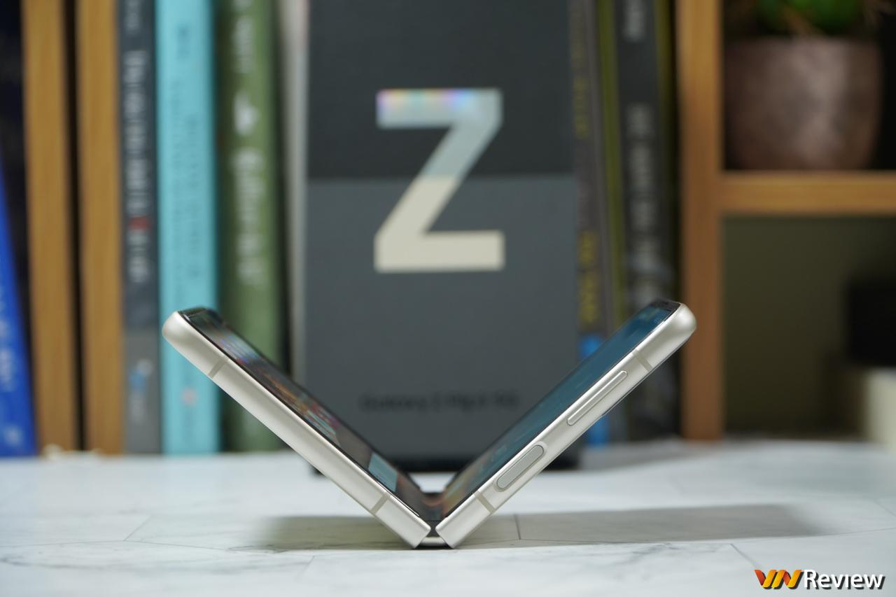 Trên tay Z Flip 3: lột xác về thiết kế đi kèm nhiều cải tiến đáng giá