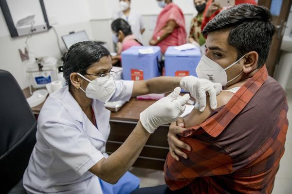 Pfizer và Moderna bán vaccine với giá vượt xa chi phí sản xuất