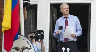 """""""Cha đẻ"""" WikiLeaks trêu ngươi Anh, Mỹ từ ban công sứ quán"""