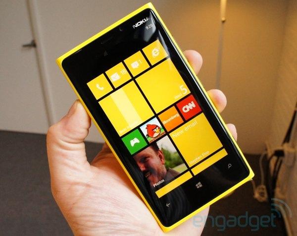 Tại sao Nokia Lumia 920 bỏ khe cắm thẻ SD?