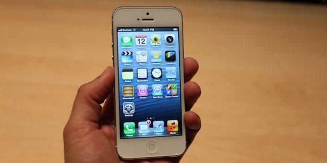 """Trên tay """"siêu phẩm"""" iPhone 5"""