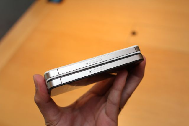 iPhone 4S ở trên