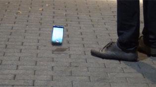 Google Nexus 4 sống sót sau khi rơi từ độ cao 1,5 mét