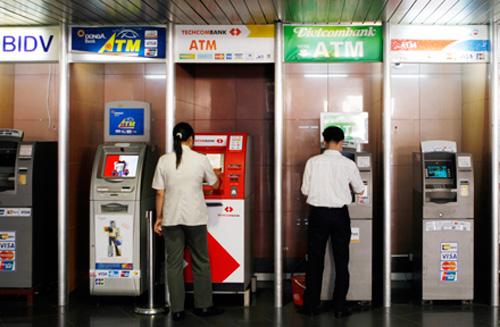 Sẽ thu hàng loạt phí với người dùng thẻ ATM