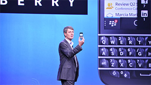 Blackberry Q10 có bàn phím QWERTY, màn hình 3.1 inch