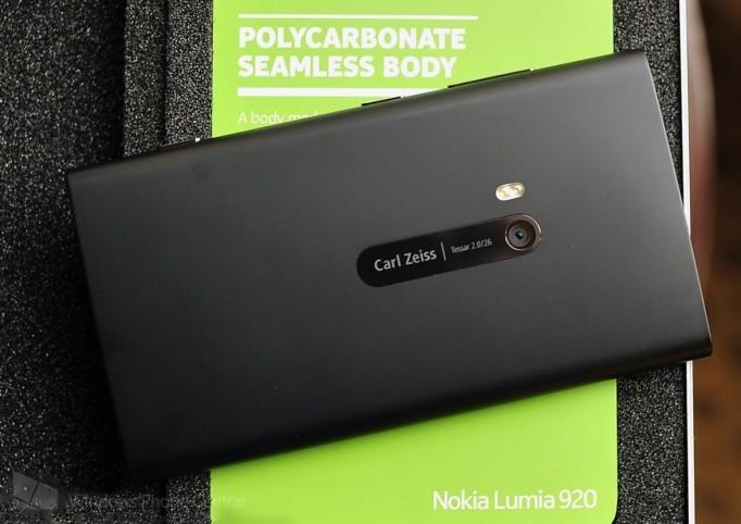 Lumia 928 thân nhôm sẽ bán vào tháng Tư
