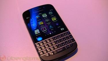 BlackBerry Q10 có giá khoảng 18,6 triệu đồng tại Anh, bán cuối tháng Tư