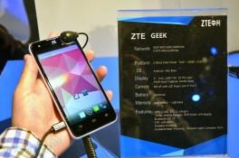 Trên tay ZTE Geek: màn 5 inch, vi xử lý Intel Atom Clover Trail+ 2GHz