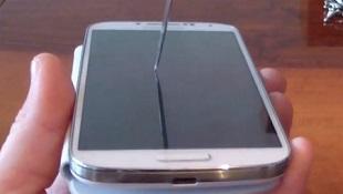 Galaxy S4 không hề hấn gì sau màn hành hạ bằng dao, chìa khoá