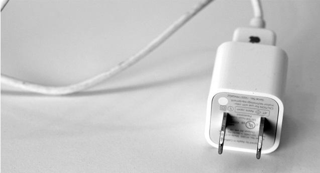 iPhone có thể bị hack thông qua... cục sạc