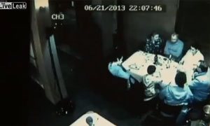 Video tai nạn giao thông... trong nhà hàng