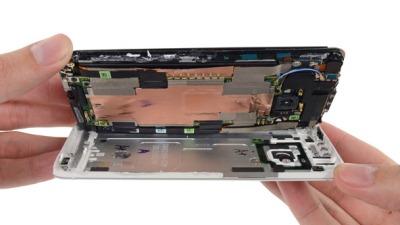 HTC One thực ra rất dễ sửa chữa