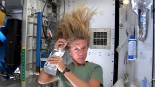 Clip nữ phi hành gia gội đầu trong vũ trụ