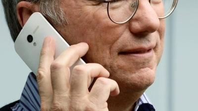 Chủ tịch Google cầm Moto X trên tay