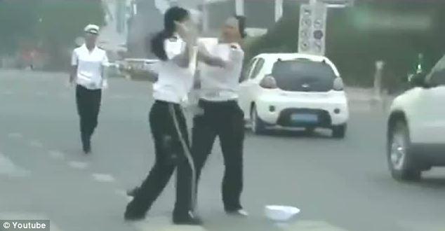 Video hai nữ trợ lý CSGT Trung Quốc đánh lộn giữa đường