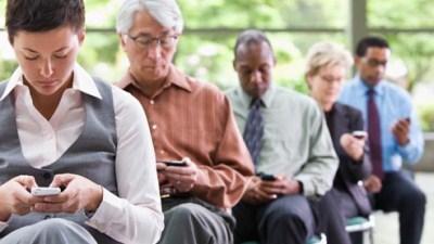 Sử dụng smartphone quá nhiều có thể bị thoát vị đĩa đệm cột sống cổ